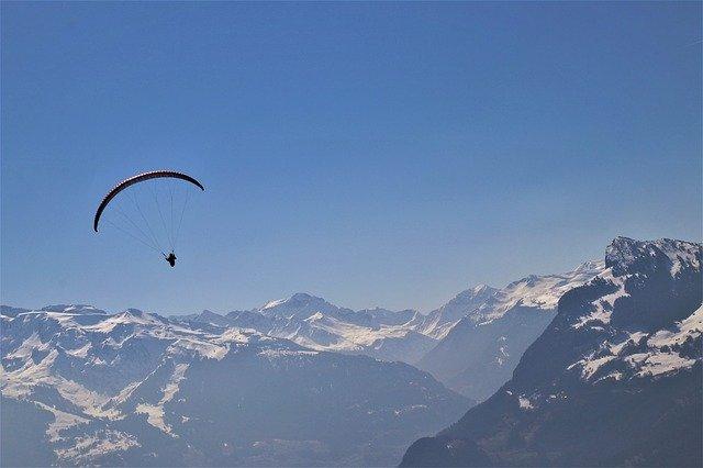 Fallschirm am Himmel